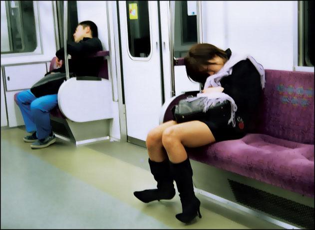 Спящая в метро девушка