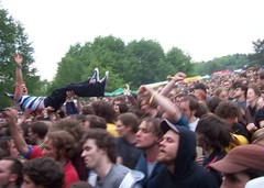 crowd surfing. [immergut.]