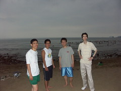 海灘上最格格不入的一群人