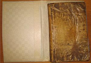 Macabro hallazgo: encontraron un libro antiguo forrado con p