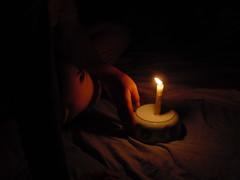 fatiha pone una vela sobre un cuenco de sopa