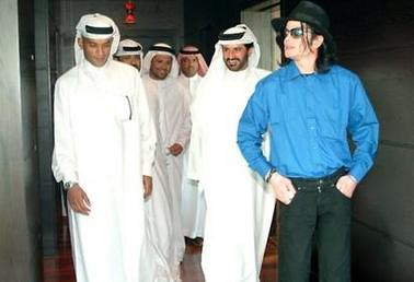 michael_jackson(2005-with-sheiks-in-dubai-med-wide)