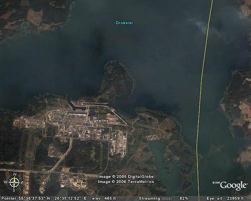 taip atrodo Ignalinos atominė elektrinė iš palydovo naudojant Google Earth programinę įrangą. Geltona linija yra valstybinė siena su Baltarusija