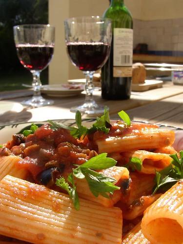 Rigatoni mit Tomaten-Kapern-Oliven-Sauce