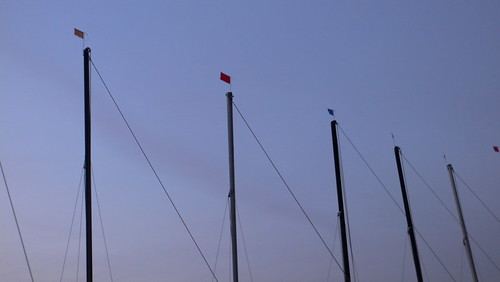 Segel-Boot-Masten unscharf. Außen-Alster in Hamburg Sankt Georg.