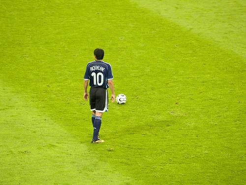 Riquelme mulls over a free kick.