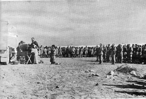 Bir Hakeim 1942- Service funèbre pour le repos des héros de Bir Hakeim Révérend père Alby - source  Bir Hakim 43