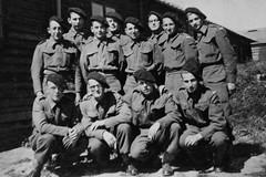 Angleterre - Camberley chasseurs septembre 1940 Louis Quinquis à droite 1er rang - Coll. Alain Quinquis