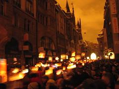 Défilé des cliques au son des fifres et tambours et àla lumière des lanternes.