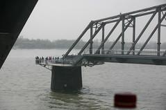 de grensrivier. Merk op hoe de spoorbrug er nog steeds is, maar de verkeersbrug ooit is verwijderd...