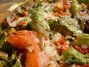 Slaatje met eikenbladsla, uitjes, tonijn, provencaalse kruiden en tomaten. Gegarneerd met framboos-sjalot vinaigrette.
