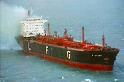 Incendio del Gaz Poem, tripulación española, se decretó una zona de seguridad ante su posible explosion de 18 millas