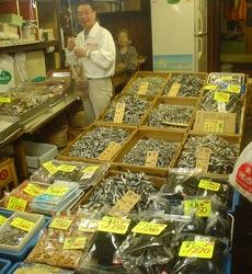 築地專賣小魚乾的川名商店,光看到的就有8種!