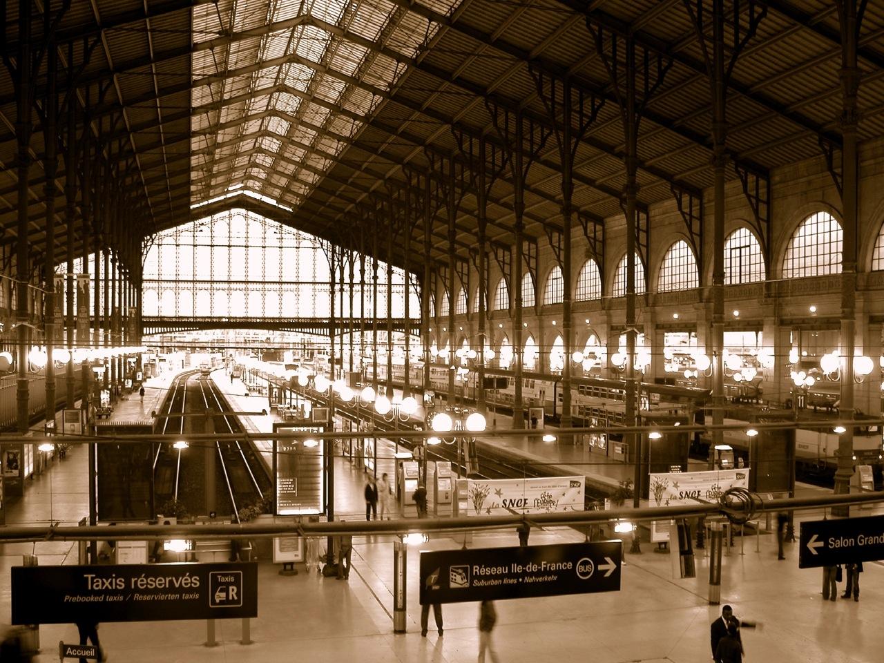 Als ich ging waren im Bahnhof die Lichter angegangen. Eine sehr schöne Bahnhofshalle wie ich finde. Und die Atmosphäre ist so richtig schön bahnhofig, mit den Durchsagen und den eiligen Leuten und den ein- und ausfahrenden TGVs.