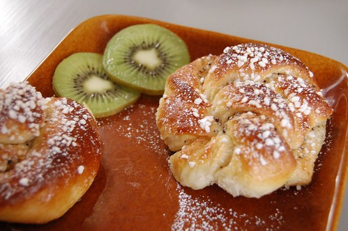 Cinnamon buns + kiwi