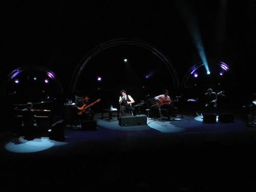 Andrés Calamaro en concierto, junto al Niño Josele