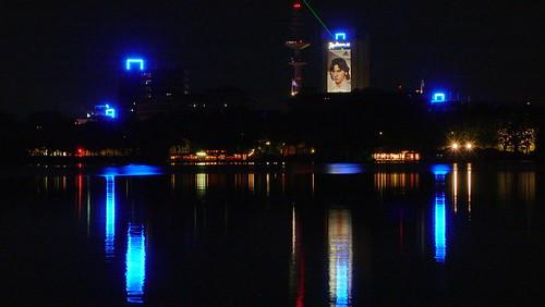Außenalster mit Lichtern in Hamburg Sankt Georg.