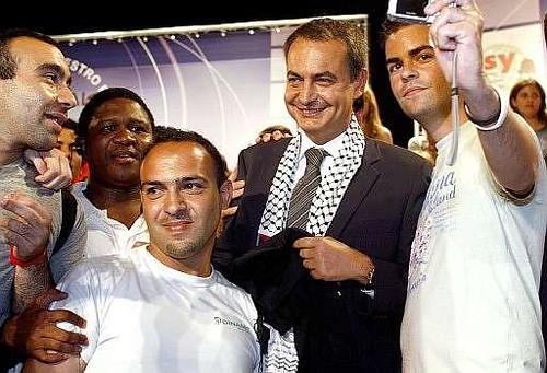 Esta imagen ha eclipsado la barbarie de Oriente Próximo. Uno de los jóvenes puso el pañuelo palestino sobre los hombros de Zapatero para fotografiarse con él; unos segundos después ya se lo había quitado