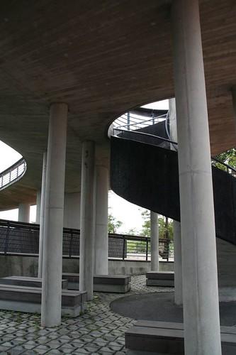橋下休憩空間