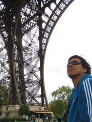 La pose debajo de la Eiffel