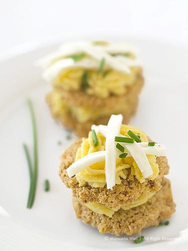 Cialde di mais tostato e pancetta essiccata con mousse di gamberetti