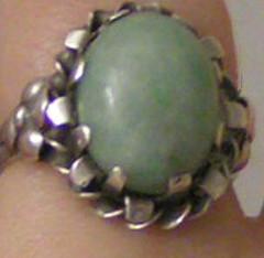Silverring med grön sten.