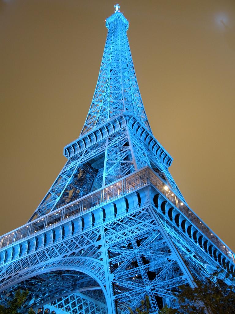 Der Eiffelturm von etlichen Batterien blauer Scheinwerfer angestrahlt, zur Feier des Europatages 2006. Das Ding sieht ja normal beleuchtet schon toll aus, aber das hier war der Hammer!