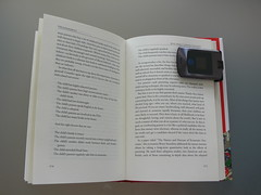 The Motorola Razr V3 makes an excellent bookmark - P1030054