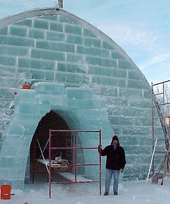 Construcción de uno de los edificios del hotel de hielo