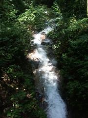番坑瀑布下溪流