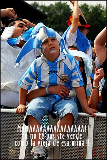Este argentinito queria gol de su equipo o golear a la minita alemana?