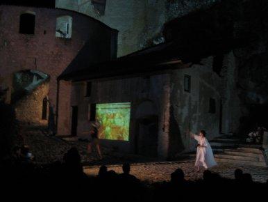 Nove volti di mnemosine, spettacolo teatrale, Castel Pietra
