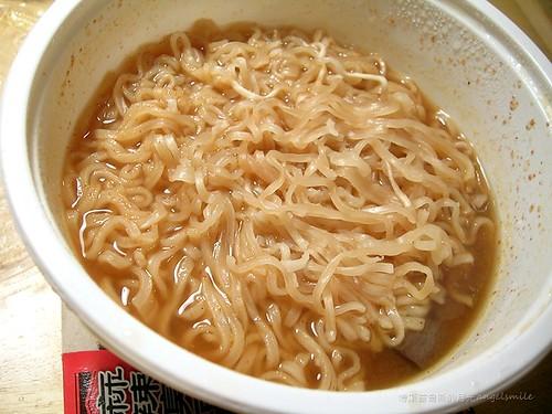 麻辣臭豆腐泡麵 - 一打開只見泡麵鋪在上面