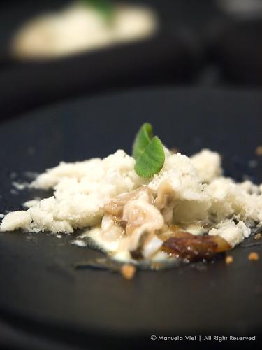 Ostrica con panna acida, gelato all'ostrica, caramello all'aceto di lamponi