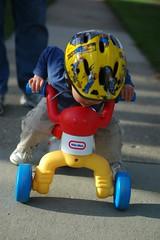 骑自行车的小孩