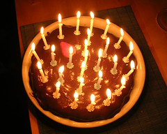 Födelsedagstårta med 27 ljus