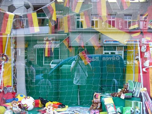 Schaufenster mit WM-Dekoration
