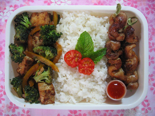 [bento with chicken skewers and veggie stir-fry]