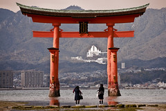 Schoolgirls at Itsukushima O-torii photo by destebani