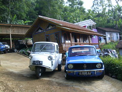 daihatsu midget vs mini clubman photo by ngulik22