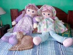 El gato y las dos muñecas