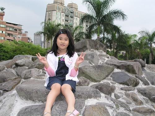 中和四號公園—Annie 坐在岩石小山上
