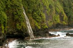 Cachoeira na beira do mar