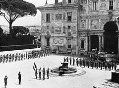 1944- Italie- Prise d'armes dans la cour du palais Farnèse, siège de l'ambassade de France à Rome