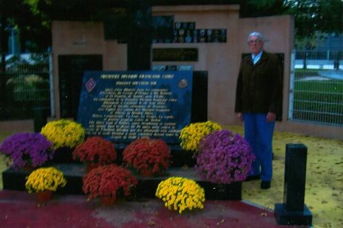 11 novembre 2011 - Pierre Tropet- Fleurissement de mémorial par la ville d'Hyères - Fonds Pierre Tropet
