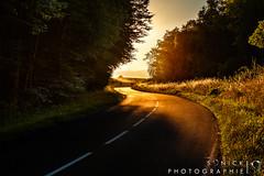Route au coucher de soleil photo by Sonick Photographie