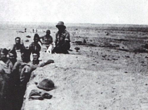 Bir Hakeim 1942 - Hommes dans une  tranchee