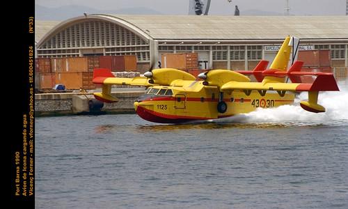 Hidroavion tomando agua