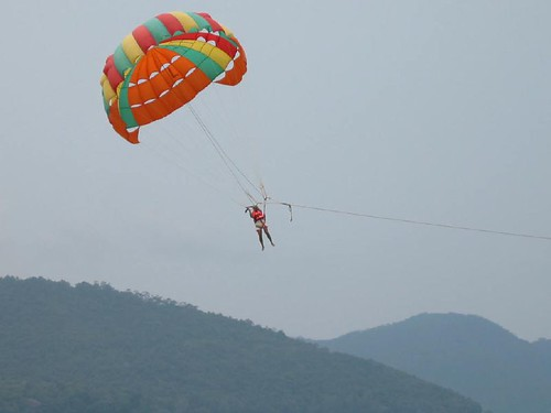 Picture 236 Mohan parasailing in Sri Lanka, Apr 2004