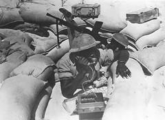 RA- 1942- Libye-  Un soldat du 1er régiment d'artillerie des Forces françaises libres dans le désert de Libye (sans date). Nara